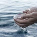 5 Motive pentru care nu ar trebui sa bei apa sarata